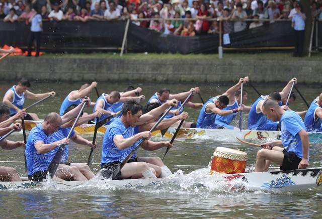การแข่งขันเรือมังกรในเมืองหนิงปัว มณฑลเจ้อเจียง(ภาพซินหวา สื่อทางการจีน)