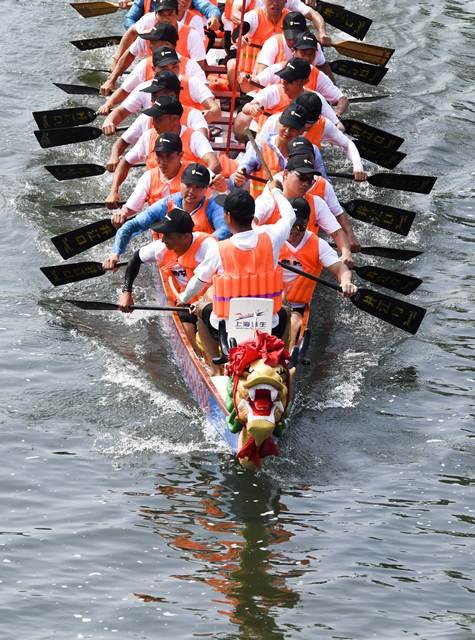 การแข่งขันเรือมังกรในเมืองซินอวี๋ มณฑลเจียงซี (ภาพซินหวา สื่อทางการจีน)