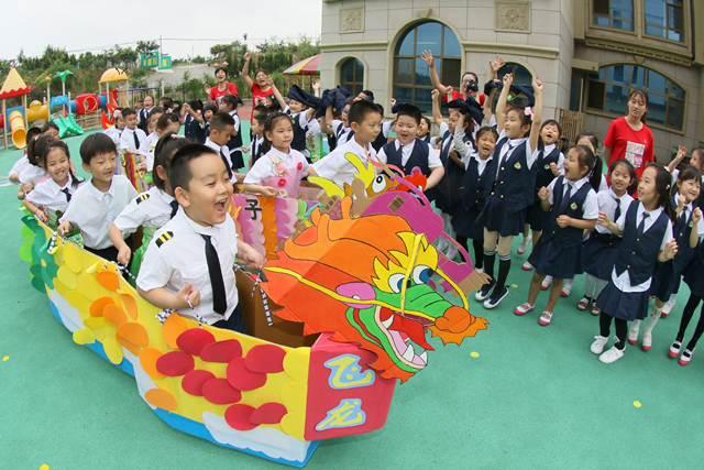 เด็กๆกำลังเล่นแข่งเรือมังกรในเยียนไถ มณฑลซันตง