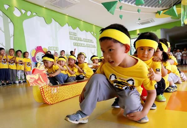 เด็กๆเล่นแข่งเรือมังกรที่โรงเรียนอนุบาลในซูโจว มณฑลเจียงซู