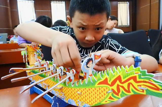 ตี๋น้อยขมักเขม่นประดิษฐ์เรือมังกรในเหลียนอวิ๋นกั่ง มณฑลเจียงซู (ภาพ ซินหวา)