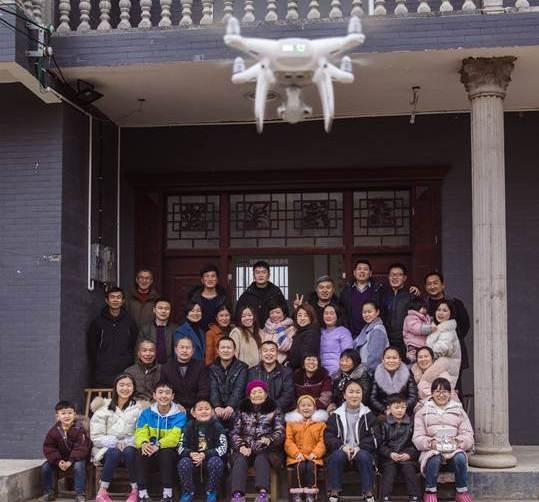 ครอบครัวชาวจีนใช้โดรนถ่ายภาพหมู่ ที่หมู่บ้านในอำเภอหลงซัน มณฑลหูหนัน ภาพ 15 ก.พ. 2018