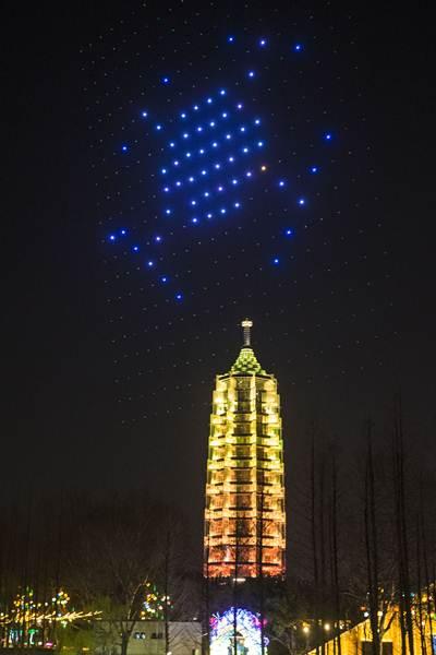 ฝูงบินโดรนกำลังแสดงการแปรรูประหว่างการแสดงกลางคืนที่เขตชมทัศนียภาพเมืองหนันจิง มณฑลเจียงซู ภาพ 12 มี.ค. 2018