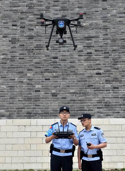 ตำรวจใช้โดรนปฏิบัติงานลาดตระเวนที่เขตชมทัศนียภาพในหยังโจว มณฑลเจียงซู ภาพ 21 พ.ค. 2018