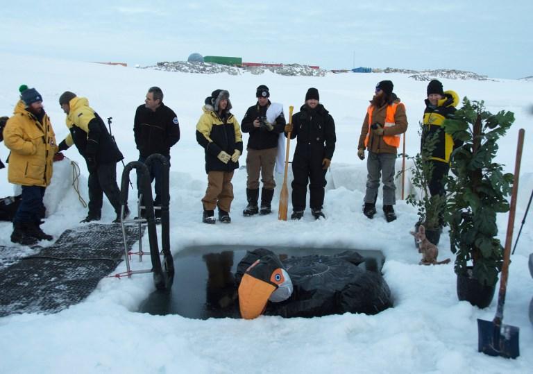 นักวิจัยแอนตาร์กติกาฉลองเข้าฤดูหนาวด้วยความหนาว (GEORGE BRETTINGHAM-MOORE / AUSTRALIAN ANTARCTIC DIVISION / AFP)