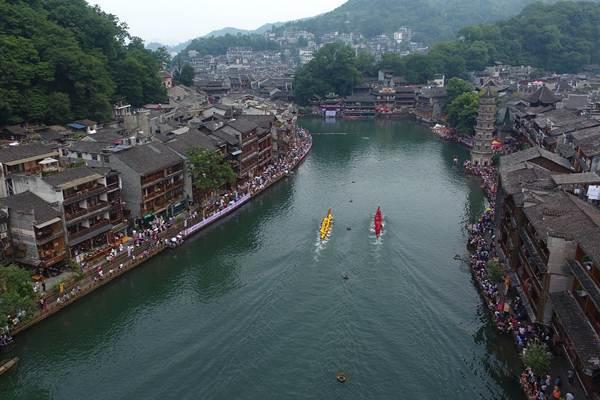 การแข่งขันเรือมังกร ณ แม่น้ำถัวเจียง เมืองเฟิ่งหวง มณฑลหูหนัน ภาพวันที่ 17 มิ.ย. 2018 (ภาพ ซินหวา)