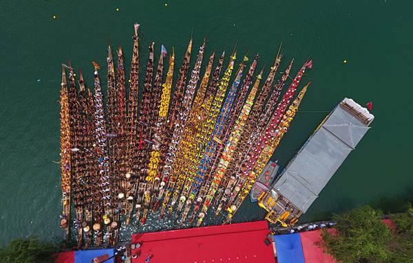 การแข่งขันเรือมังกรที่อำเภอเจิ้นหยวน มณฑลกุ้ยโจว ภาพวันที่ 17 มิ.ย. 2018 (ภาพ ซินหวา)