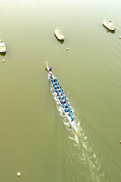 ภาพถ่ายทางอากาศเมื่อวันที่ 14 มิ.ย. การแข่งขันเรือมังกรที่อำเภอจื่อกุย มณฑลหูเป่ย (ภาพ ซินหวา)