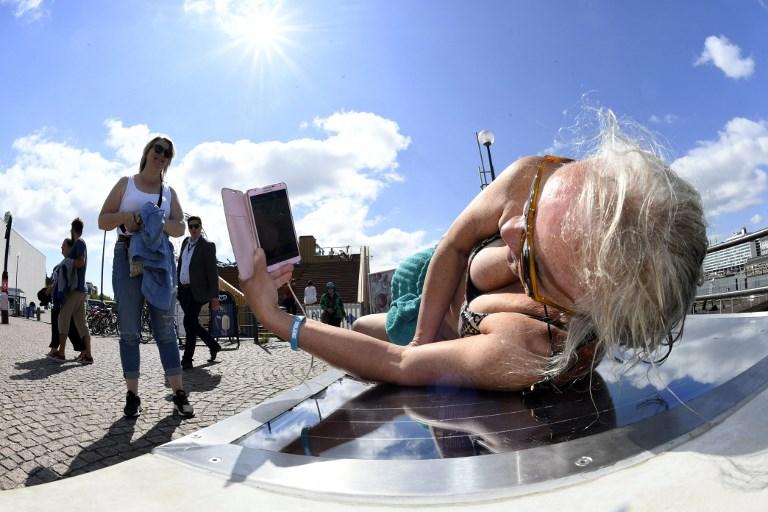 ม้านั่งสำหรับนอนอาบแดดได้ ชาร์จมือถือได้ด้วยพลังงานจากเซลล์แสงอาทิตย์  (Martti Kainulainen / Lehtikuva / AFP)
