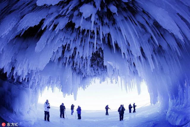 ถ้ำที่หมู่เกาะ Apostle Islands National Lakes ในภาคเหนือของวิสคอนซิน  เป็นถ้ำที่ถูกปกคลุมไปด้วยประติมากรรมน้ำแข็งธรรมชาติ สร้างสรรค์โดยสภาพอากาศของขั้วโลกเหนือ (ภาพโดย Brian Peterson)