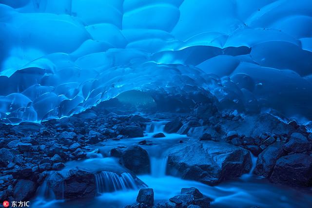 ถ้ำ Mendenhall Glacier ตั้งอยู่ในจูโน่ อลาสก้า ถ้ำน้ำแข็งซึ่งกำลังได้รับผลกระทบจากสภาพอากาศ (ภาพจาก Shayne McGuire)