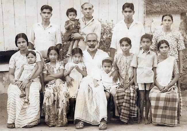 ครอบครัวยิวแห่งเมืองโกจีหรือโคชิน (ภาพจาก https://www.ynetnews.com/articles/0,7340,L-4970776,00.html)