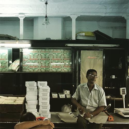 คนขายของภายในร้านาฮูมและบุตร (ภาพโดยผู้เขียน)