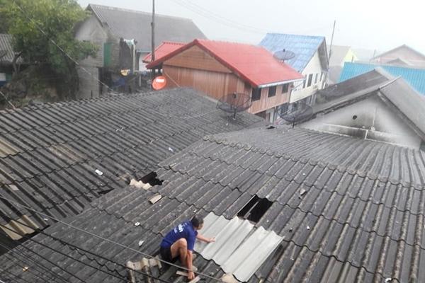 พายุถล่มในพื้นที่พังงาทำให้ชาวบ้านได้รับความเดือดร้อนหลายครัวเรือน