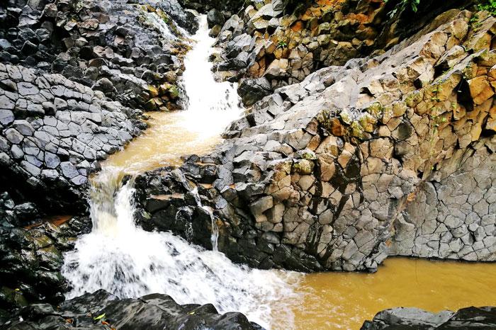 น้ำตกเสาหิน อันซีนวิเชียรบุรีที่น่าทึ่ง