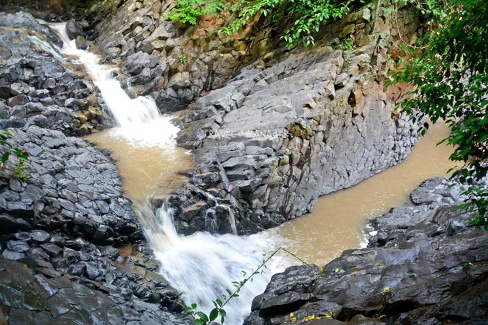 น้ำตกซับพลูเป็นน้ำตกที่ไหลผ่านเสาหินอัคนีหนึ่งเดียวในเมืองไทย