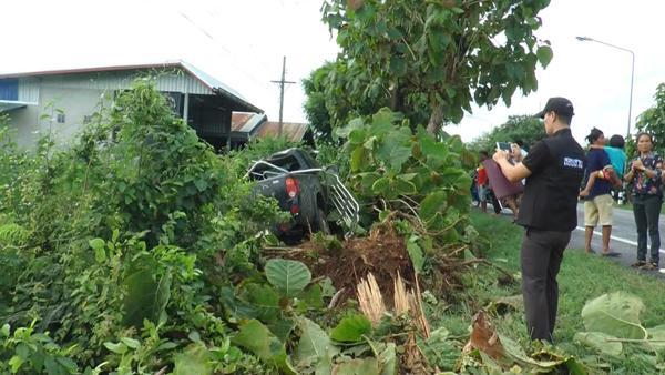 หนุ่มอุทัยฯพาญาติกลับจากลอยอังคารยาย เจอฝน-หลับในรถชนต้นไม้หวิดดับยกคัน
