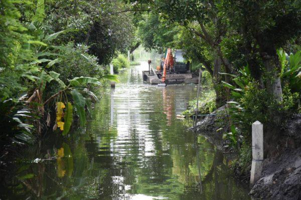 """เร่งลอกท่อระบายน้ำ """"หมู่บ้านเศรษฐกิจ"""" ขุดลอกคลองบางขี้แก้ง รับมือน้ำท่วม"""