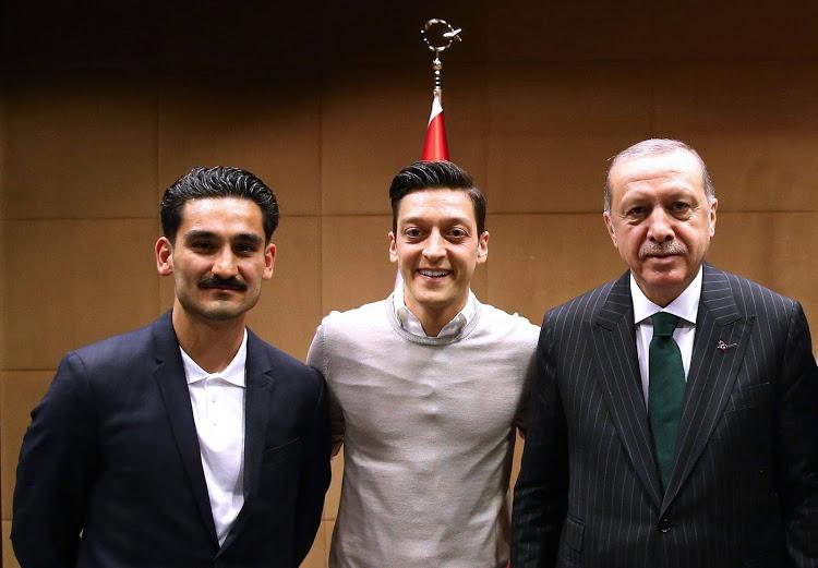 """""""โอซิล"""" ร่ายยาวยืนยัน รูปคู่ ปธน.ตุรกี ไม่มีนัยยะทางการเมือง"""