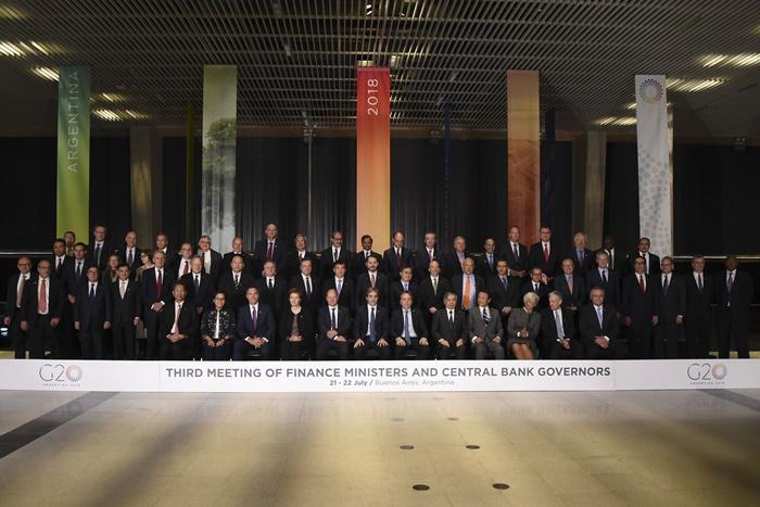 <i>ภาพหมู่รัฐมนตรีคลังและผู้ว่าการธนาคารกลางกลุ่ม จี20 ซึ่งเข้าร่วมการประชุมที่กรุงบัวโนไอเรส วันเสาร์ (21 ก.ค.) </i>