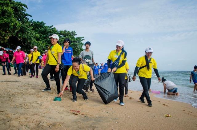 พลังสีเขียว! เทศกิจพัทยานำทีมจิตอาสาเก็บขยะริมหาดจอมเทียน