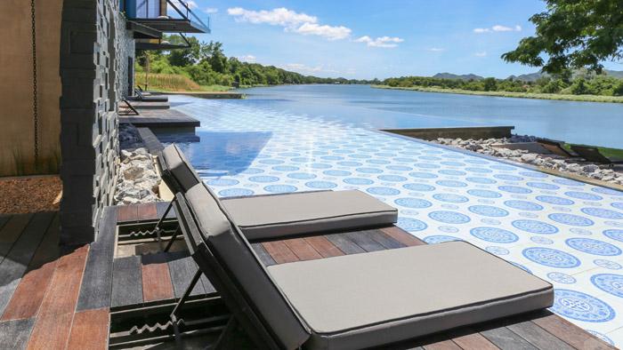 นั่งชิวริมสระว่ายน้ำที่หน้าห้องพักแบบพูลไซด์เคบิน