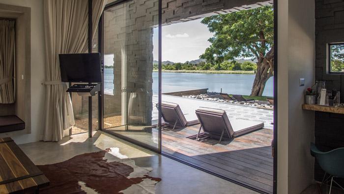 ประตูกระจกขนาดใหญ่เปิดออกสู่สระว่ายน้ำโดยตรงของพูลไซด์เคบิน