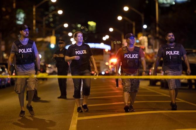 """คนร้ายยิงใส่ร้านรวงข้างถนนที่ """"โทรอนโต"""" ตาย 1 เจ็บ 13 ก่อนถูกตำรวจวิสามัญฯ"""
