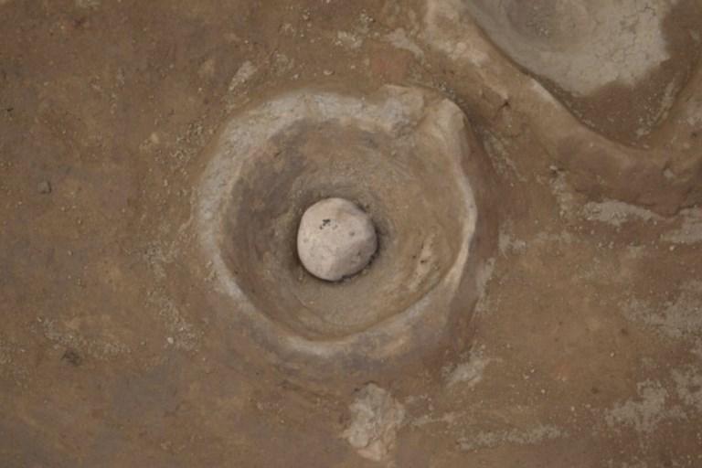 เผยแหล่งผลิตเครื่องปั้นดินเผาที่เก่าแก่ที่สุดที่ค้นพบระหว่างโครงการสำรวจและลดน้ำใต้ดินวิหารกอมออมโบ (EGYPTIAN ANTIQUITIES MINISTRY / AFP )