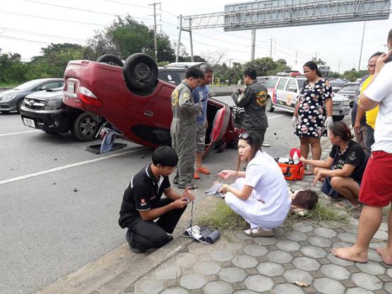 รถเก๋งยางระเบิดพลิกคว่ำกลางถนนสายปทุมธานี-บางปะหัน บาดเจ็บ 2 ราย