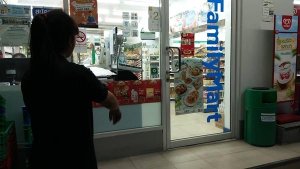 วงจรปิดจับภาพหนุ่มอารมณ์เปลี่ยวงัดของลับโชว์ 2 สาวร้านสะดวกซื้อในเมืองพัทยา