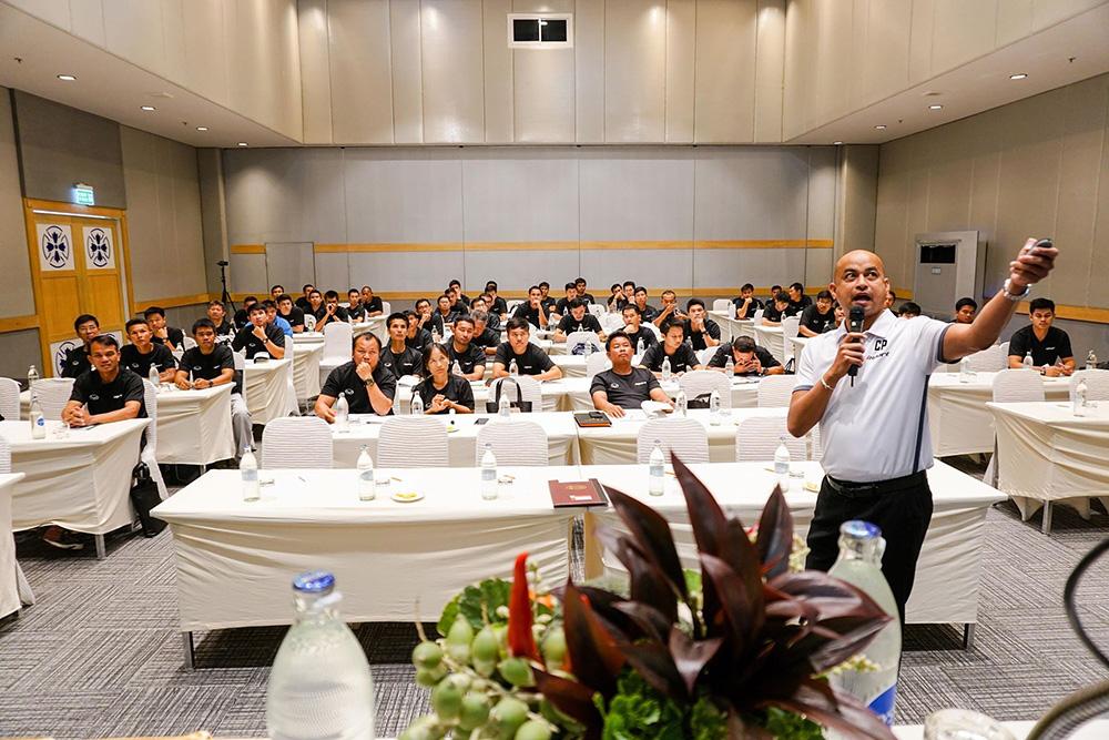 """""""ไอ-สปอร์ต"""" ดึง """"โค้ชโชค"""" จัดกิจกรรมอบรมฟุตบอล หลักสูตรพัฒนาครู มุ่งสนับสนุนความฝันเด็กไทย"""