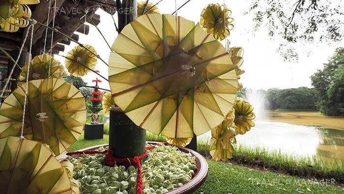 ดอกไม้ถูกจัดตกแต่งอย่างสวยงามทั่วทั้งงาน