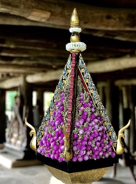 ดอกไม้จัดแสดงข้างหอคำสวยงามโดดเด่น