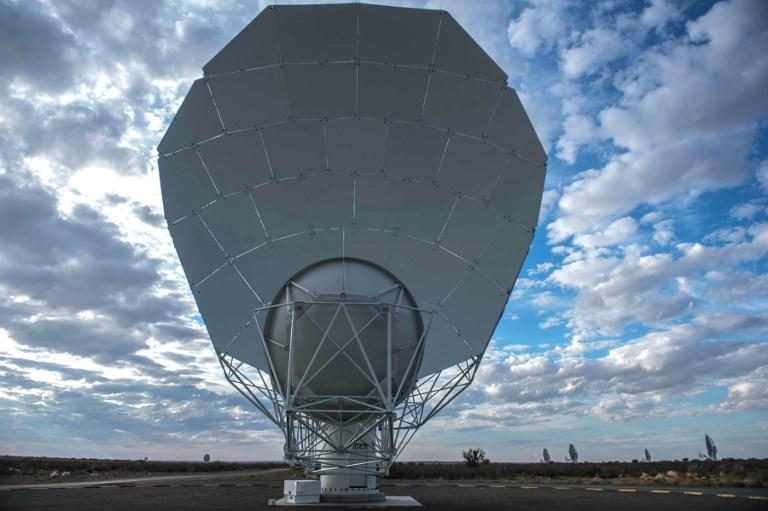 1 ในจานรับสัญญาณ 64 ตัวของกล้องโทรทรรศน์วิทยุเมียร์แคทที่เป็นส่วนหนึ่งของกล้องโทรทรศน์วิทยุสกา (MUJAHID SAFODIEN / AFP)