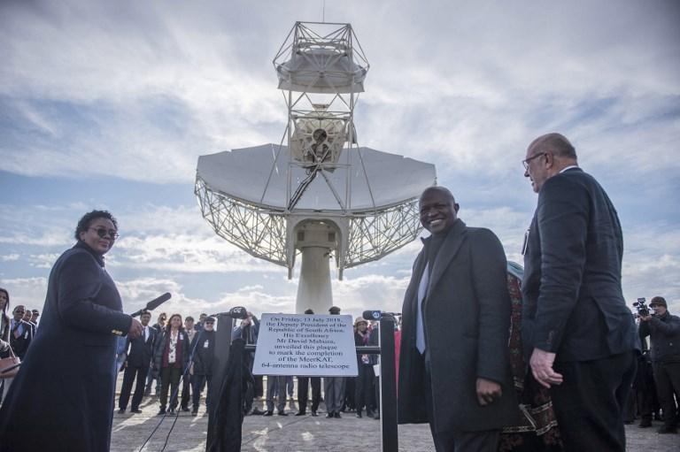 ประธานาธิบดี เดวิด มาบูซา (ที่ 2 จากขวา) พร้อมแขกระหว่างเปิดตัวกล้องโทรทรรศน์ 64 จาน ในเครือข่ายกล้องโทรทรรศน์วิทยุสกา (MUJAHID SAFODIEN / AFP)