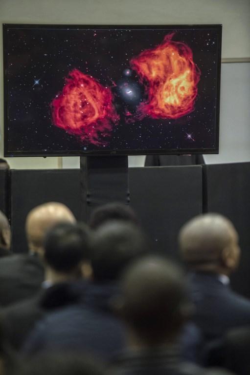 ภาพถ่ายอวกาศจากกล้องโทรทรรศน์วิทยุ ระหว่างเปิดตัวกล้องโทรทรรศน์เครือข่ายกล้องโทรทรรศน์วิทยุสกา (MUJAHID SAFODIEN / AFP)