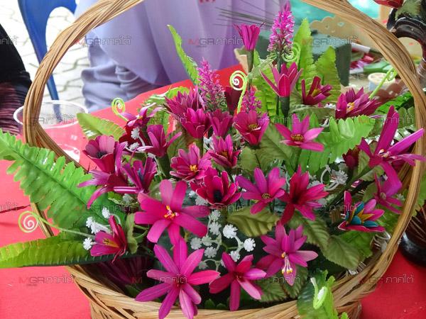 สวยงามอย่างมีคุณค่า! ดอกบานชื่นจากหญ้าแฝกวัตถุดิบจากชุมชนผ่านฝีมือเยาวชนสตูล