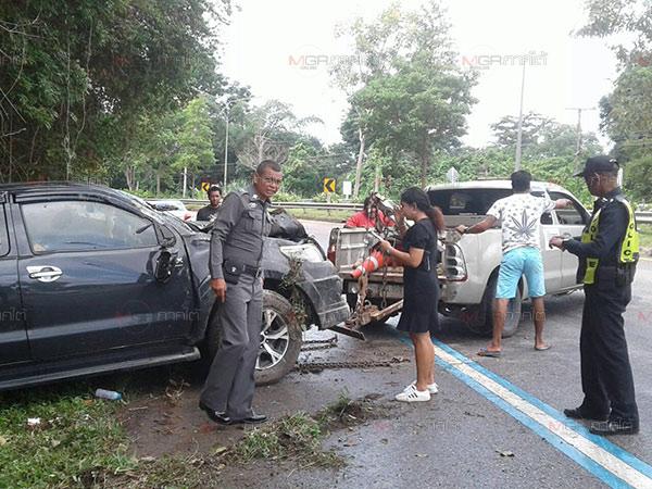 สาวนครศรีฯ ขับกระบะถนนลื่นเสียหลักตกข้างทางเจ็บ 2 บนถนนตรัง-พัทลุง