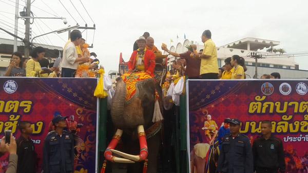 """ยิ่งใหญ่แห่งเดียวในโลก! ชาวไทยต่างชาติแห่ร่วม """"ตักบาตรบนหลังช้าง"""" ส่งช่วยชาวลาวเขื่อนแตก (ชมภาพชุด)"""