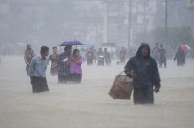 ปธน.พม่าลงพื้นที่เยี่ยมผู้ประสบภัย น้ำท่วมหนักอพยพกว่า 50,000