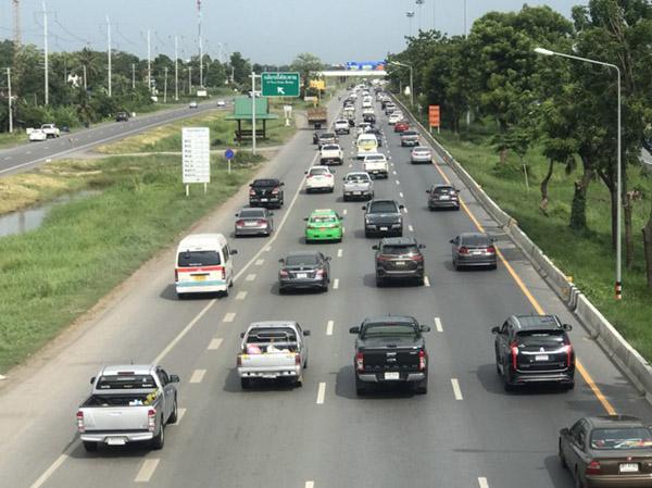 คนแห่กลับหลังหยุดยาวเข้าพรรษา ทำถนนสายเอเชียรถหนาแน่นเต็มทุกเลน