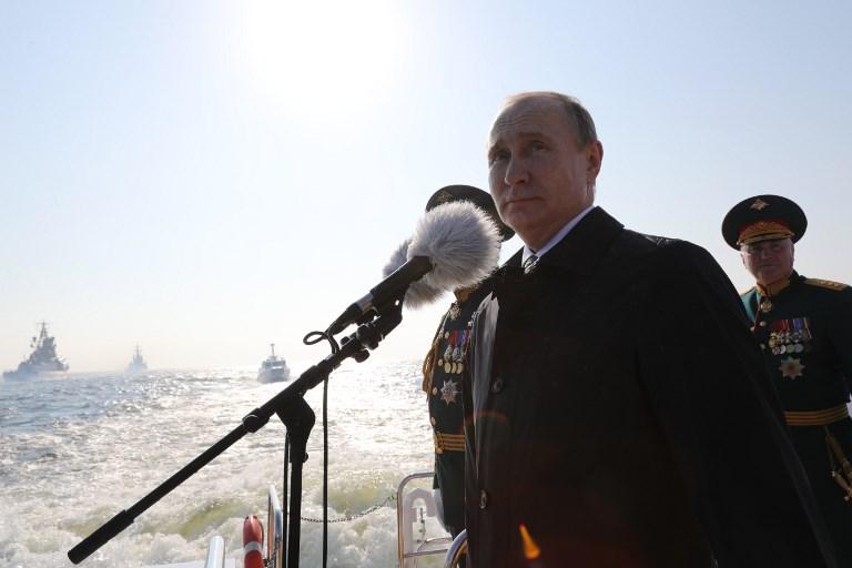 <i>ประธานาธิบดีวลาดีมีร์ ปูติน และรัฐมนตรีกลาโหม เซียร์เก ชอยกู ขณะตรวจพลสวนสนามในแม่น้ำเนวา ที่เซนต์ปิเตอร์สเบิร์กวันอาทิตย์ 29 ก.ค.) </i>