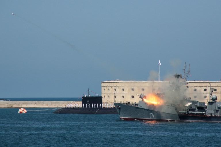 <i>เรือรบและเรือดำน้ำรัสเซียที่เข้าร่วมการสวนสนามเนื่องในวันกองทัพเรือ ที่ฐานทัพเรือในเมืองเซวาสโตโปล แหลมไครเมีย เมื่อวันอาทิตย์ (29 ก.ค.) </i>