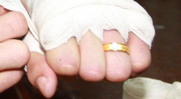 """แอบส่องแหวนหมั้นฝังเพชร """"ศรีสะเกษ"""" หวงมากลงนวมก็ยังไม่ถอด"""