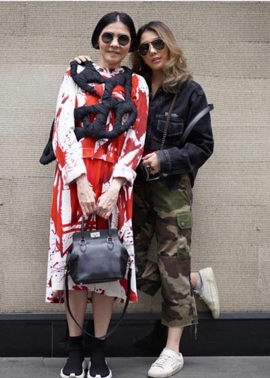 มณฑ์ลัชชา – ชุติมณฑน์ สกุลไทย  แบ่งเสื้อผ้ากันใส่เสมอ เพราะความชอบเหมือนกัน โดยแบรนด์โปรดของทั้งคู่ก็คือแบรนด์ comme des garcon ลุคนี้ดูเป็นสไตล์สตรีทกันทั้งคู่