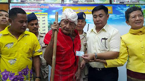 """มอบ บัตรประชาชน """"ปู่คออี้"""" อายุ 107 ปี ผู้อาวุโส แห่งผืนป่าแก่งกระจาน"""