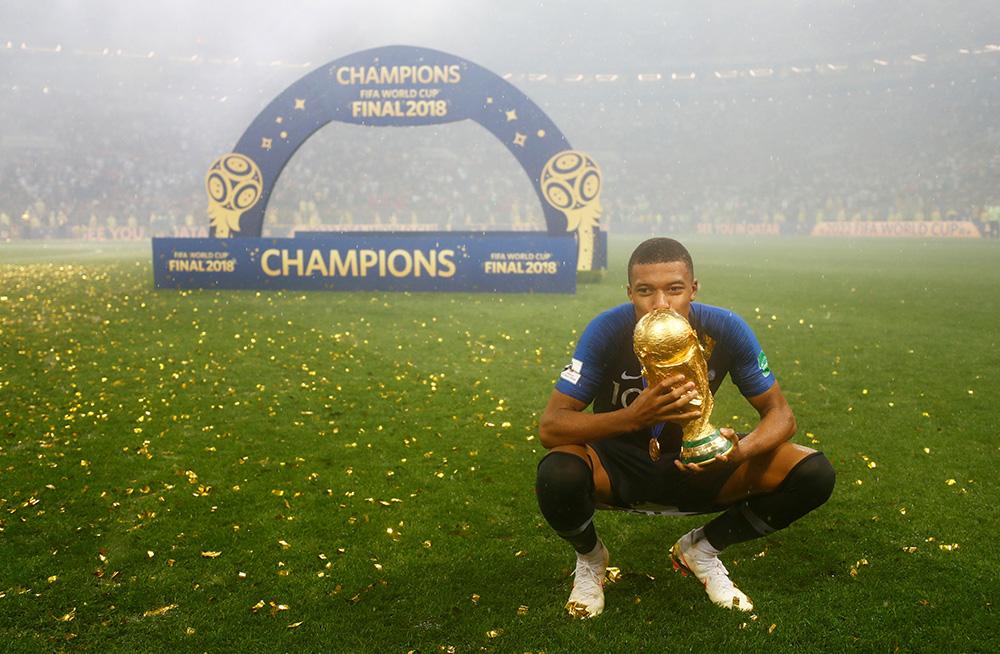 แฟนบอลทั่วโลกเลือกนักเตะยอดเยี่ยมฟีฟ่า / กษิติ กมลนาวิน ราชวังสัน