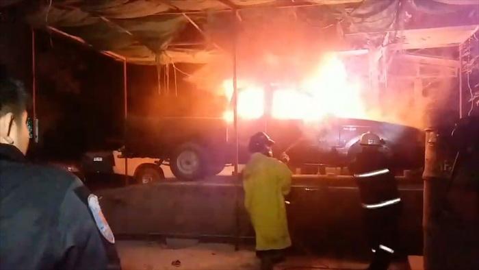 ระทึกกลางดึก ไฟไหม้รถจอดรอซ่อมวอดเสียหายทั้งคัน