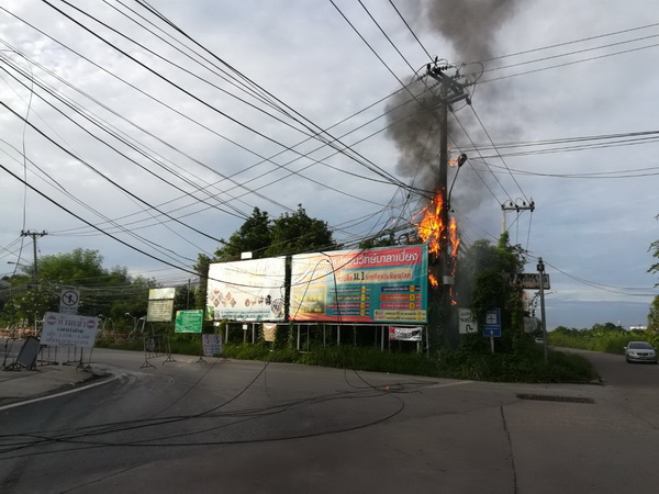 อีกแล้ว !  ไฟไหม้สายไฟแยกมาลาเบี่ยงใจกลางเมืองพิษณุโลกโชคดีห่างไกลชุมชน